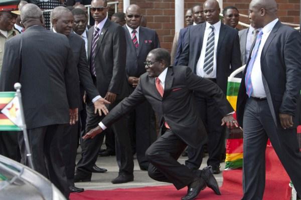 Le-président-zimbabwéen-Robert-Mugabe tombe