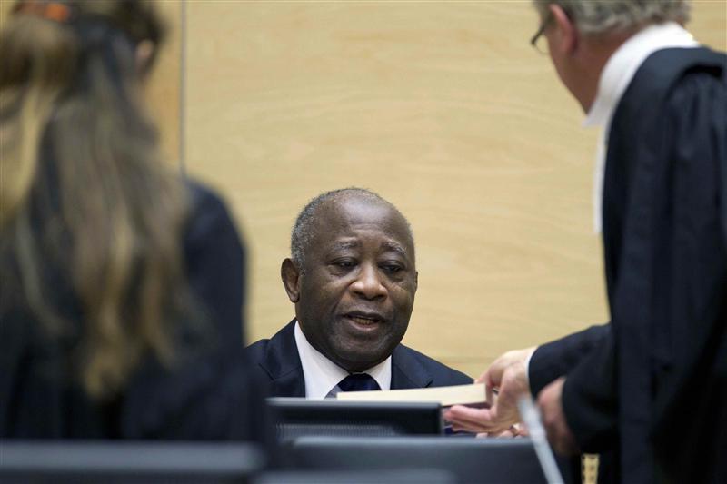 Laurent Gbagbo pour la première fois devant la Cour pénale internationale (CPI) de La Haye où il est poursuivi pour crimes contre l'humanité lors de la guerre civile consécutive à l'élection présidentielle, entre décembre 2010 et avril 2011. /Photo prise le 5 décembre 2011/REUTERS/Peter Dejong/Pool